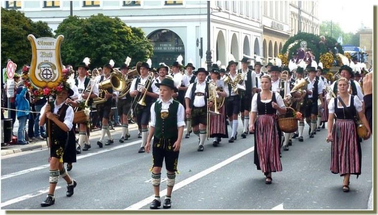 oktoberfest munich defile en costumes traditionnels