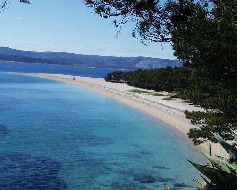 Plage Zlatni Rat en Dalmatie centrale