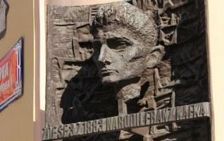 sculpture de Kafka sur la facade de sa maison natale