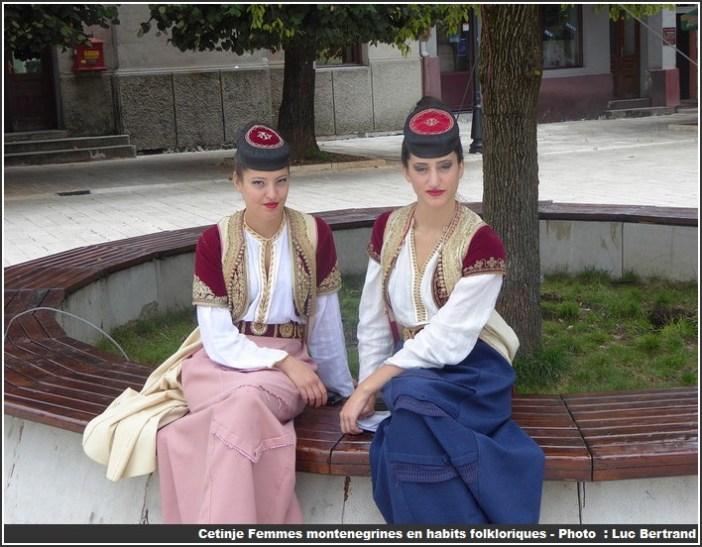 Cetinje femmes du Montenegro en habit folklorique