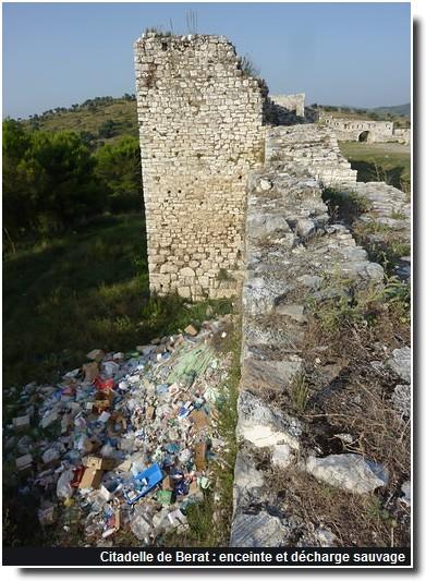 Citadelle Berat enceinte et décharge sauvage