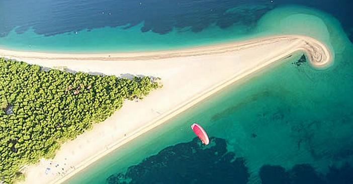 plage de sable en croatie zlatni rat à bol sur l'ile de brac