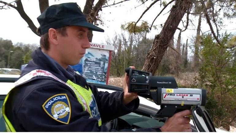 policiers effectuant un controle de vitesse en croatie