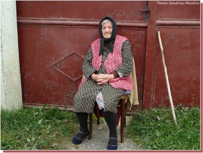 Vieille femme en Roumanie