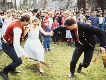 Pomlazka pratique traditionnelle des célibataires à Paques