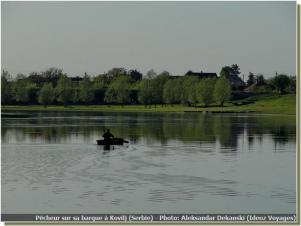 Pecheur sur sa barque à Kovilj sur le Danube en Serbie