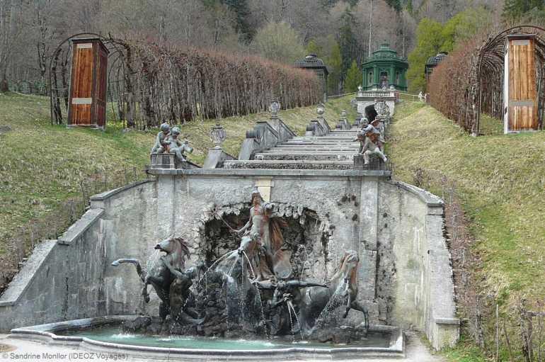 Fontaine à étage à l'arrière du château de Linderhof