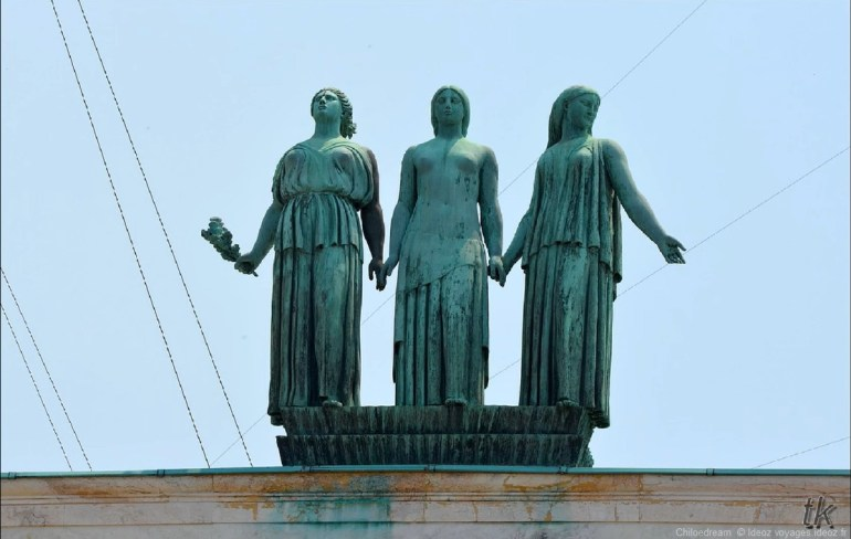 Statues représentant la liberté sur l'ambassade de France en Serbie à Belgrade