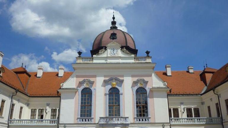 Façade château royal de Godollo près de Budapest