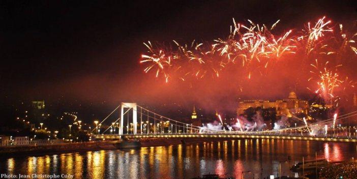 Budapest feux d'artifice au dessus du chateau