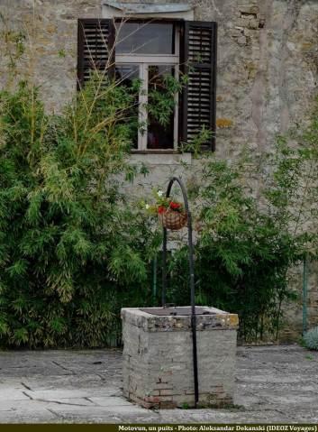 Motovun ancien puits devant une fenêtre