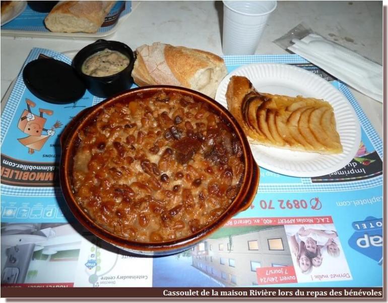 fête du cassoulet de Castelnaudary repas sous le chapiteau lors de la soirée des bénévoles