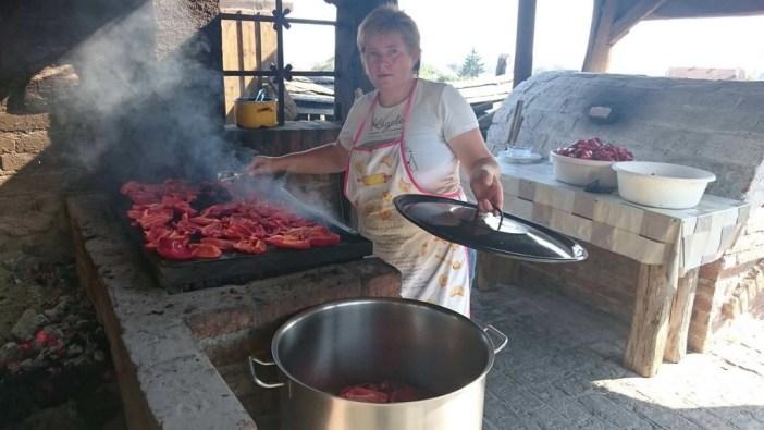 Cuisson des poivrons pour le ajvar croate chez Janko Kezele