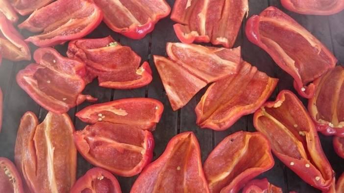 Ouvrir les poivrons pour préparer le ajvar
