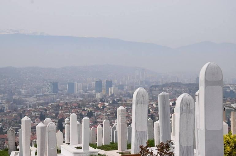 Sarajevo sous la brume depuis les hauteurs des collines transformées en cimetière