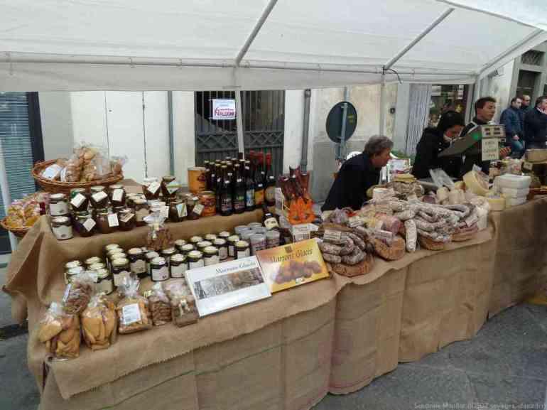 Produits artisanaux de Toscane sur le marché de la sagra delle castagne di Marradi