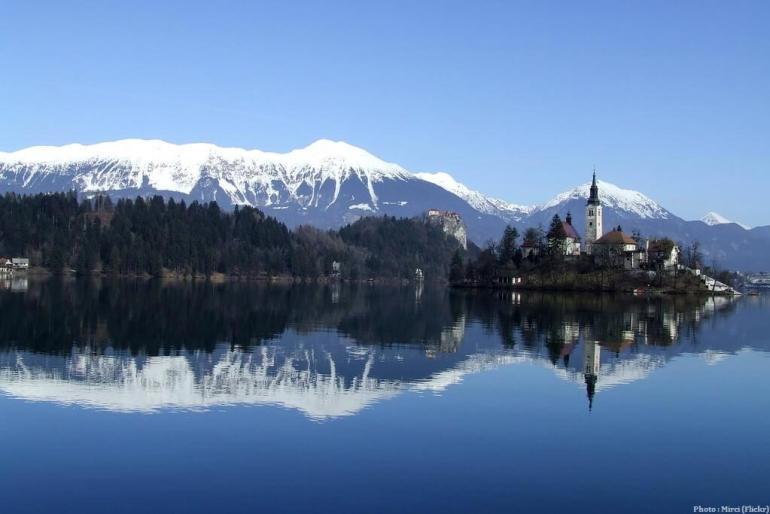 Lac de Bled église, chateau et alpes juliennes en Slovénie