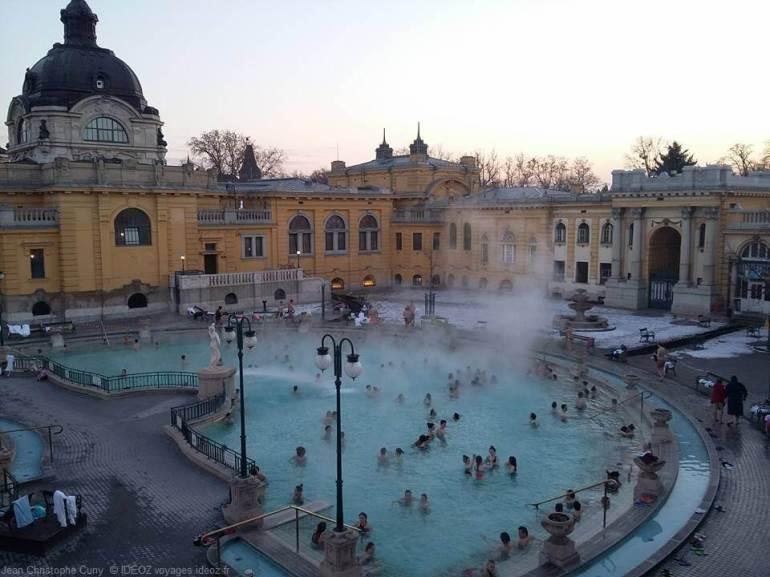 Baigneurs dans les Thermes Széchenyi à Budapest en hiver