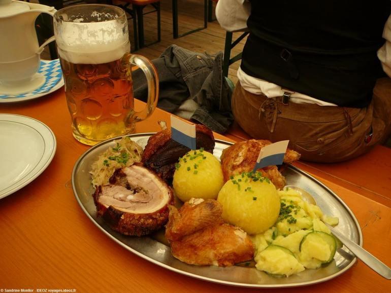 Plat familial de la fête de la bière de printemps à Munich