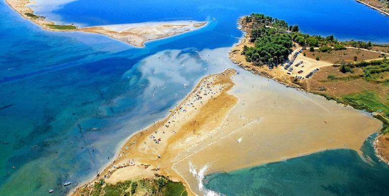 Plage de Kraljicina Ninska Laguna lagon bleu et plage de sable à Nin en Dalmatie