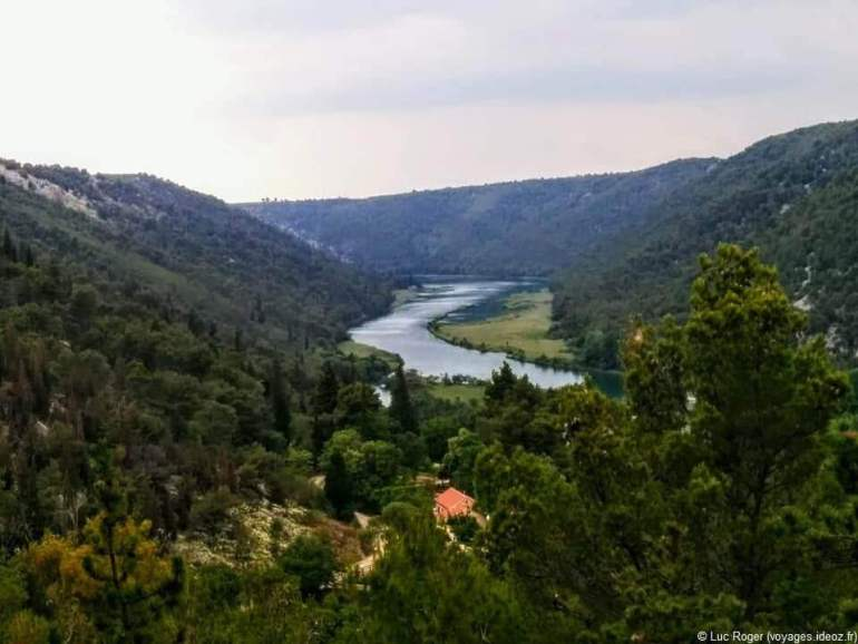 Rivière krka dans le parc national en Dalmatie