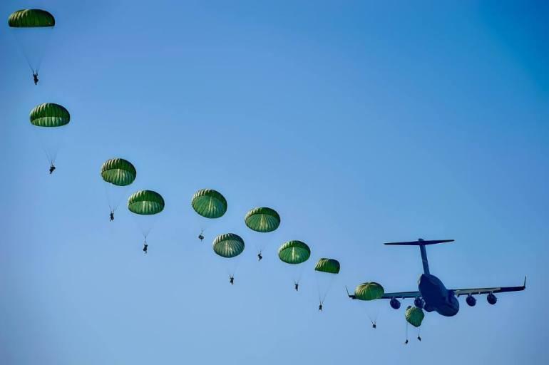 avion et parachutistes