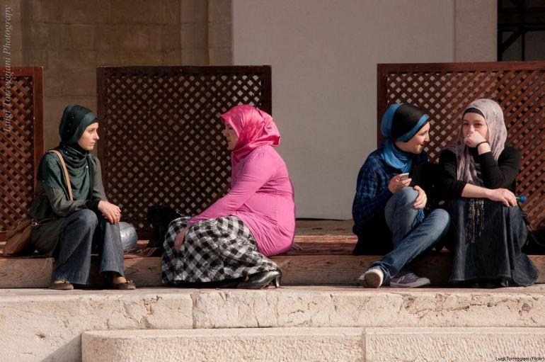Jeunes femmes voilées à Sarajevo