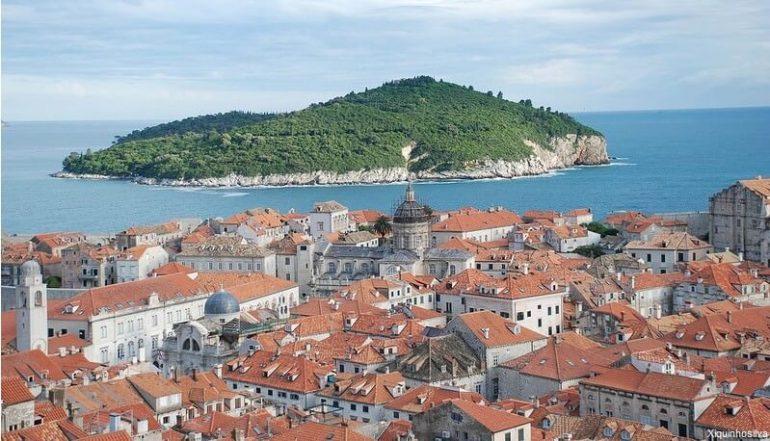 Vue de la vieille ville de Dubrovnik et de Lokrum