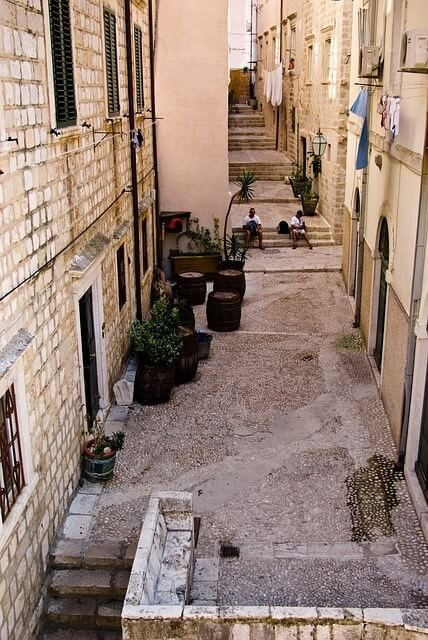 Rue tranquille à Dubrovnik et tonneaux