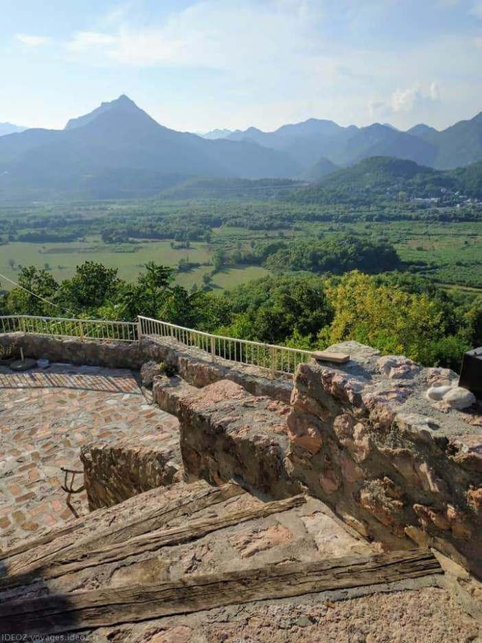 Badanj Village Rooms escalier et vue sur les montagnes