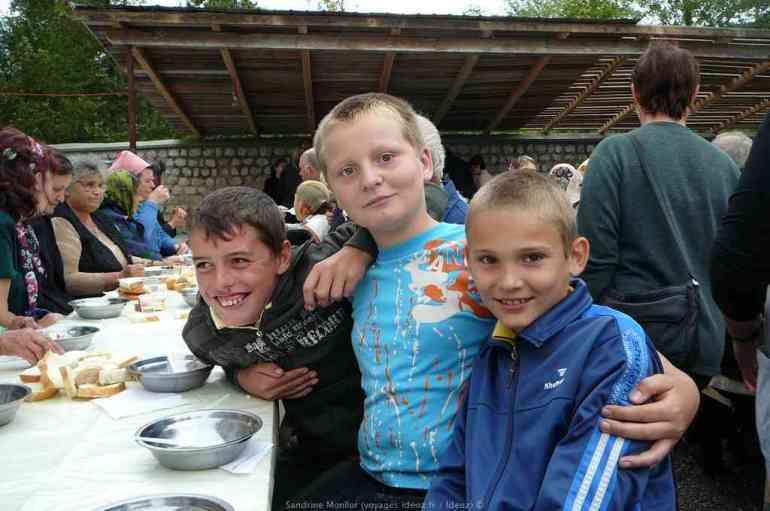 Jeunes garçons roumains lors du repas du monastère à Ostrov