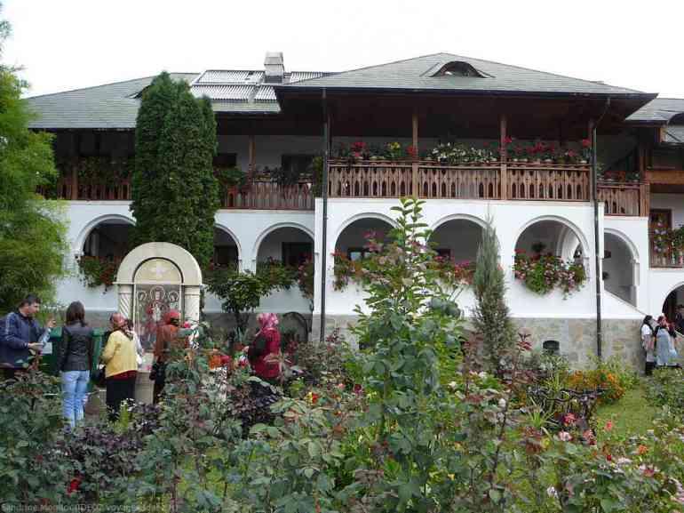 Monastère d'Ostrov et sa fontaine