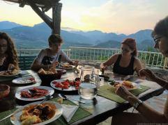 Repas à la maison d'hôtes Badanj Village Rooms