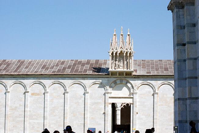 pise détail de la façade de la cathédrale piazza del duomo