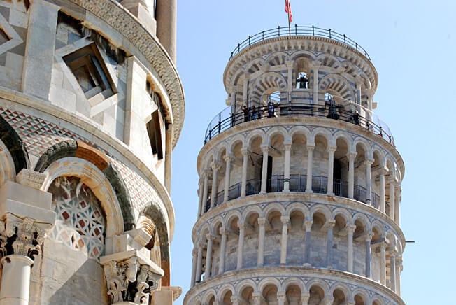pise partie de la tour sur la piazza del duomo
