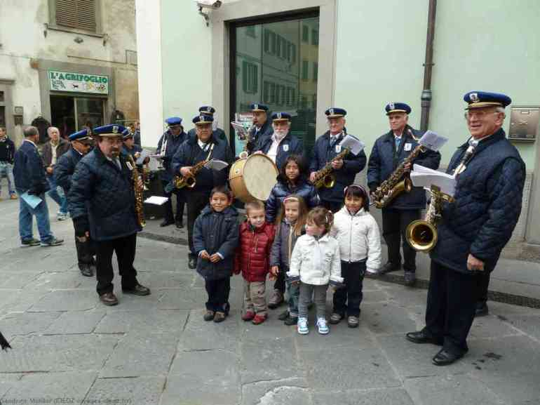 Fanfare et chants d'enfants dans les rues de Marradi lors de la fête des chataîgnes