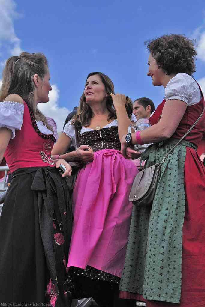 Femmes portant le dirndl avec un tablier noué lors d'Oktoberfest à Munich