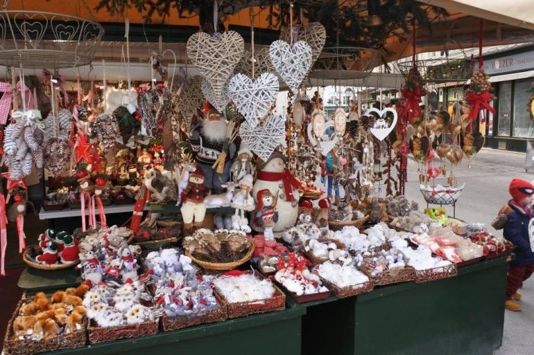 Salzburger Christkindlmarkt chalet avec des décorations de noël