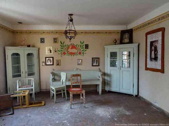 Ferme Salas Stojsic Krčedin intérieur d'une maison traditionnelle en voivodine