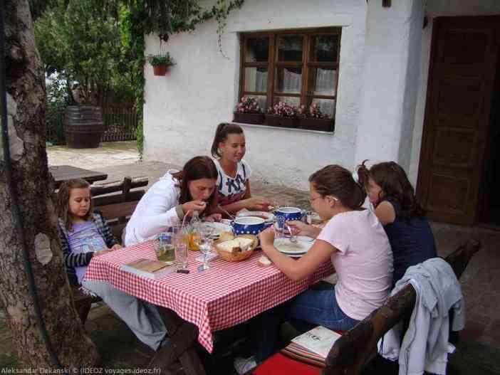 Krcedin repas dans la cave restaurant