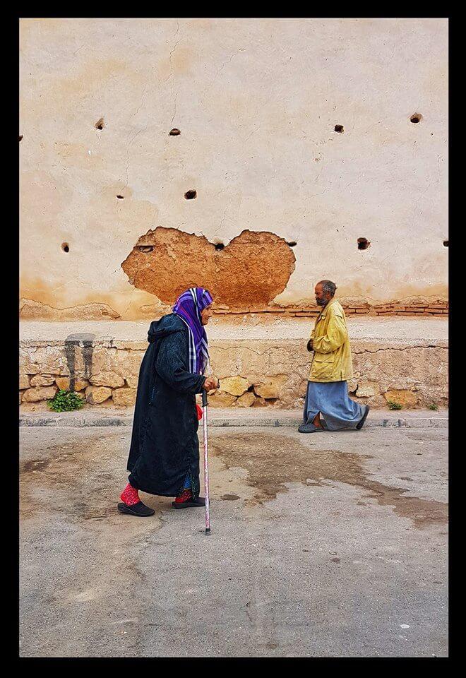 une vieille femme berbère sous un coeur improbable à Taroudant
