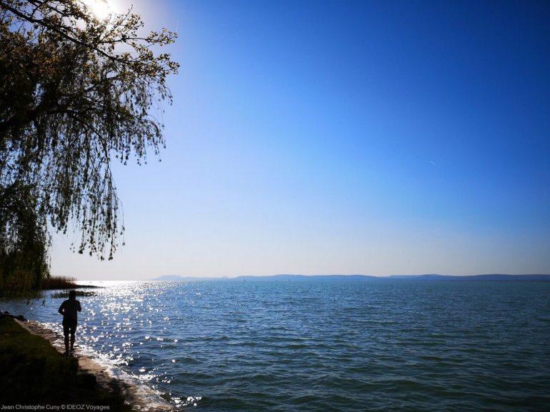 promenade sur les bords du lac balaton
