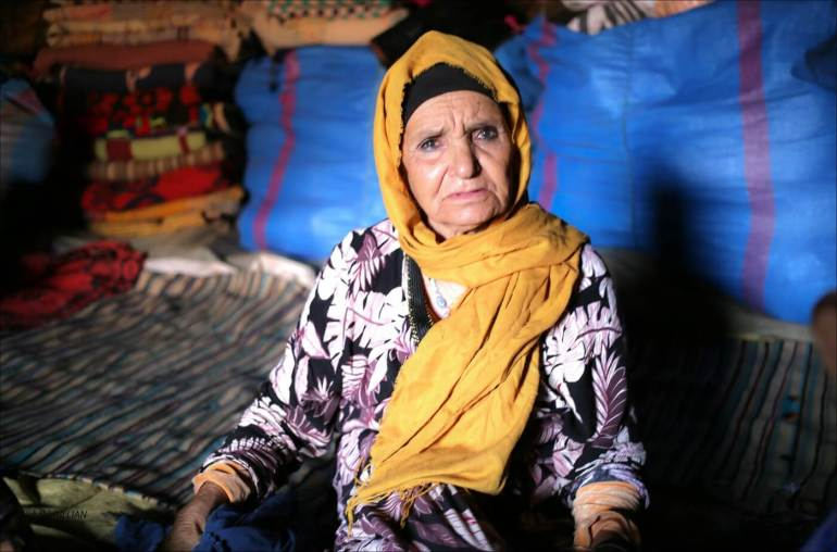 femme nomade dans la vallée des roses au maroc