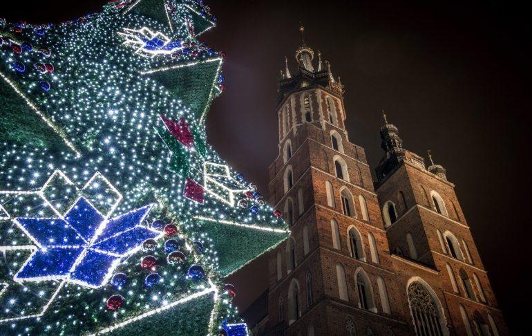 cathédrale de cracovie et sapin de noel décoré