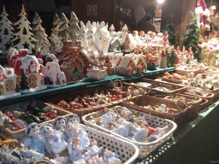 décorations de noel pour le sapin en pologne sur le marché de noel de krakow