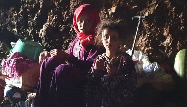 enfants nomades vivant dans des grottes dans l'atlas marocain