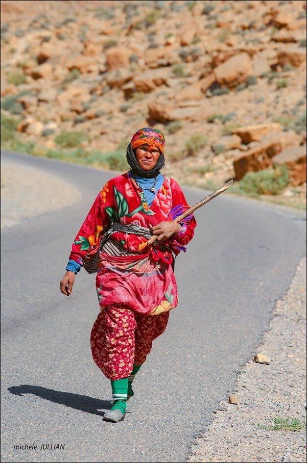femme nomade marchant sur la route entre Saghro et le Haut Atlas