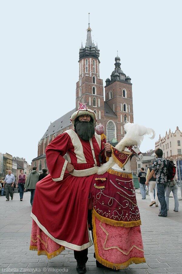 Lajkonik déguisé en père noel sur la place centrale de Cracovie (auteur : Izabella Zamojska)
