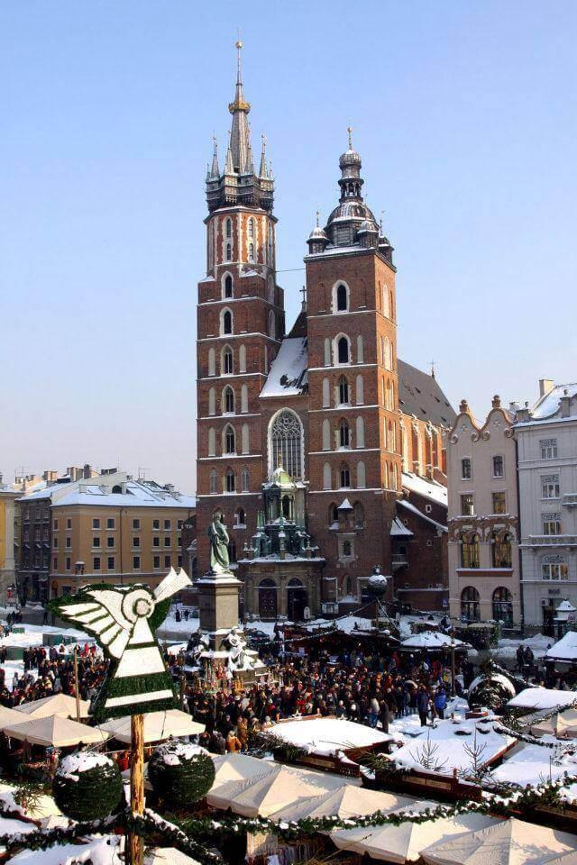 marché de noel à Cracovie autour du rynek et face à la cathédrale dans la vieille ville