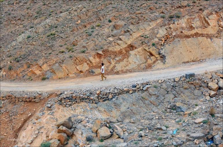 essaid marchant seul sur une route du maroc